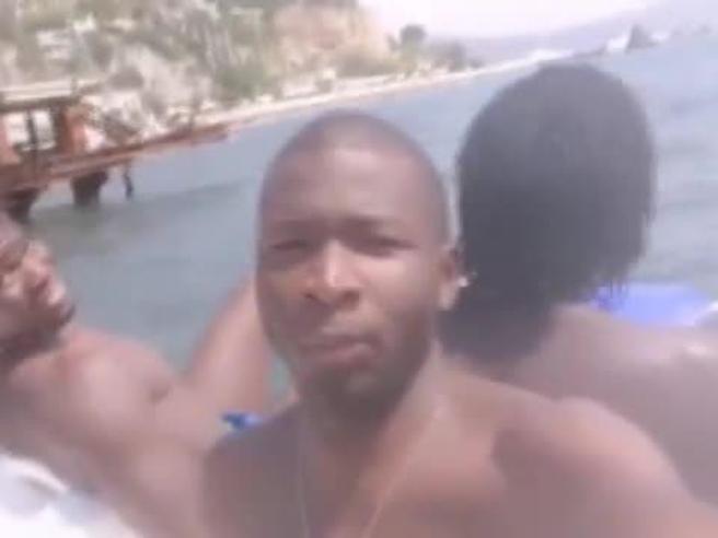 Torniamo in Africa col pedalò, il video dedicato a Salvini del rapper Lamin Ceesay