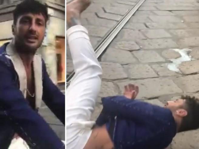Fabrizio Corona canta «Viva la libertà» in bici per Milano ma qualcosa va storto