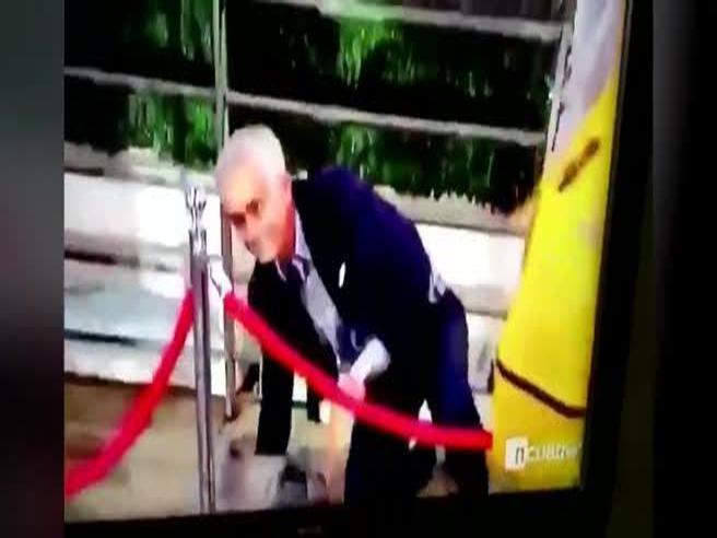 Mourinho scavalca il cordone e inciampa: la caduta scatena le risate dei presenti