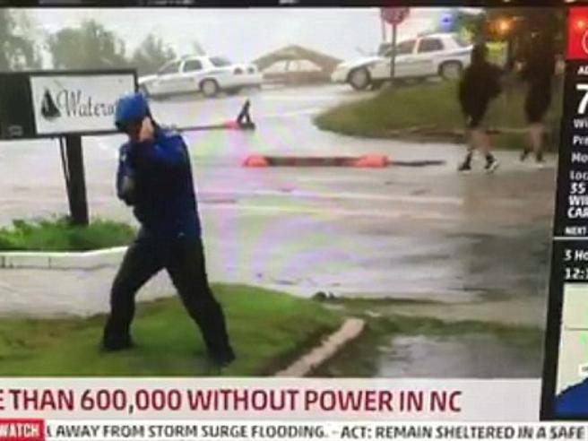Florence: il reporter resiste a fatica al vento, ma dietro di lui due uomini lo smentiscono. Il video è esilarante