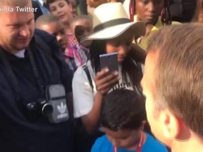 Macron e la predica al disoccupato che gli chiede aiuto: «Datti una mossa e vedi che il lavoro lo trovi»