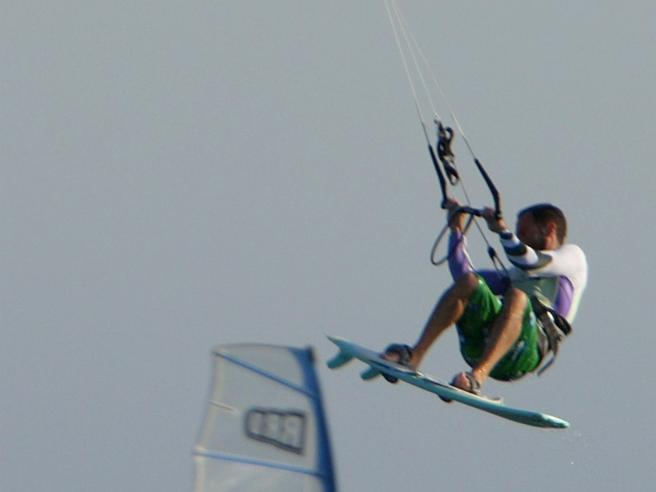 Trapani, muore facendo kitesurf: è la terza vittima in pochi mesi