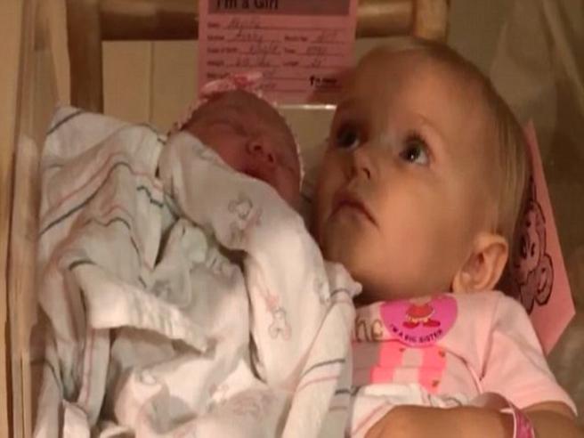 La bimba non permette a nessuno di prendere la sorellina appena nata
