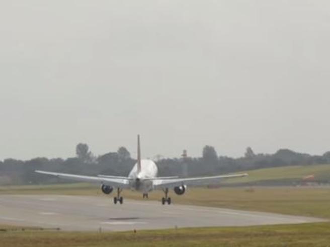 Il tentativo di atterraggio del volo Air France in mezzo alla tempesta è impressionante