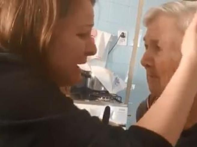 La nonna con l'Alzheimer riconosce per un attimo la nipote e le dice: «Ti amo». Il video è commovente