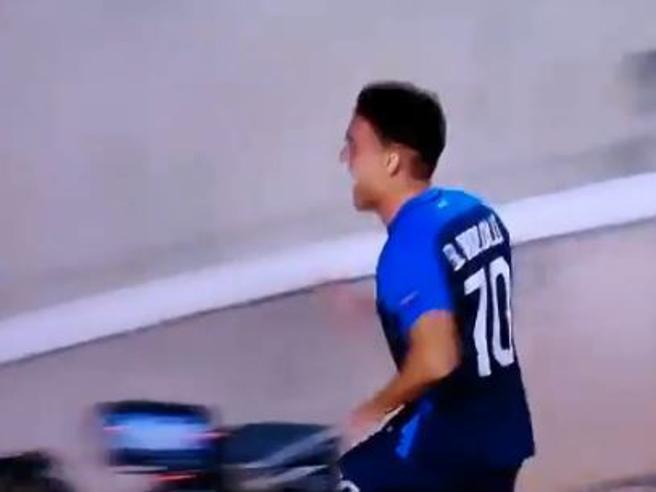 Aek Larnaca-Zurigo, Kololli festeggia il gol e cade nel fossato: esultanza con giallo