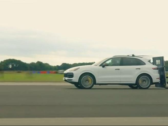 In bici a 240 Kmh sulla scia della Porsche: record europeo di Neil Campbell