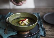 La zuppa thai di pollo con zenzero e peperoncino