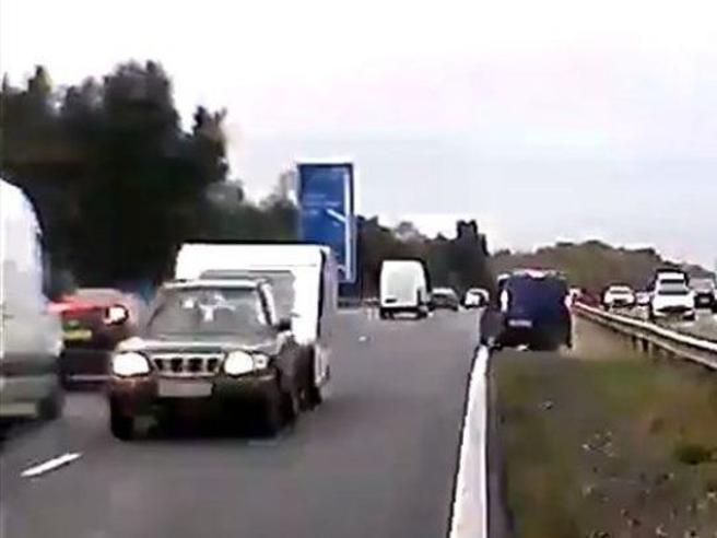 La   folle corsa contromano di un'auto con roulotte: 3 vittime