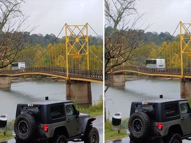 Il pullman attraversa il ponte storico: la struttura rischia di cedere
