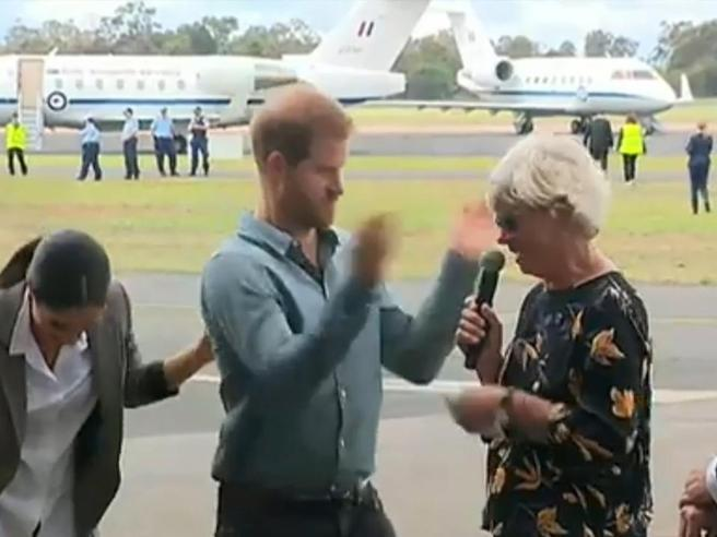 Il principe Harry scaccia la mosca in questo modo: e tutti scoppiano a ridere