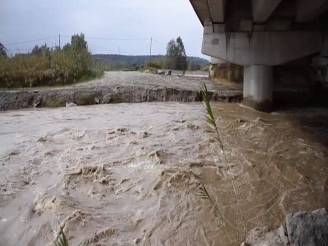 L'autostrada sottopostaa sequestro dove il fiume «sposta» i piloni  - Video