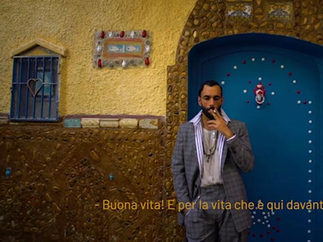 Marco Mengoni torna con due nuovi brani: «Voglio» e Buona vita». Le canzoni in anteprima