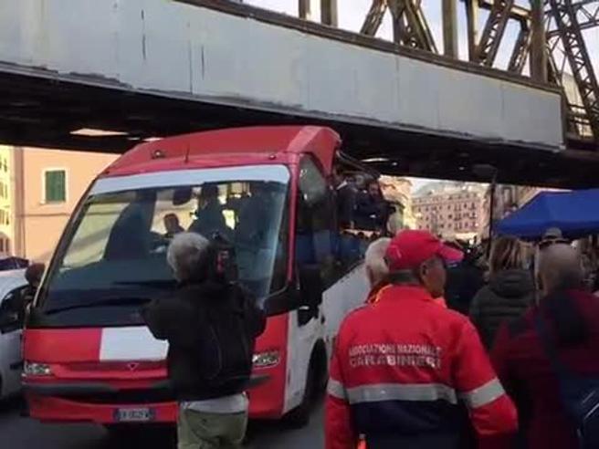 Gli sfollati a casa Il commissario Bucci: «Nuovo ponte entro Natale 2019» foto video