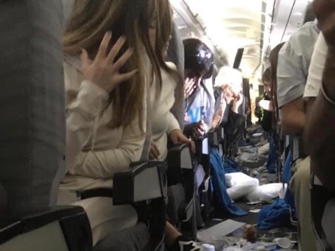 Paura sul volo Miami-Buenos Aires: volano vassoi e carrelli di servizio. In 15 restano feriti