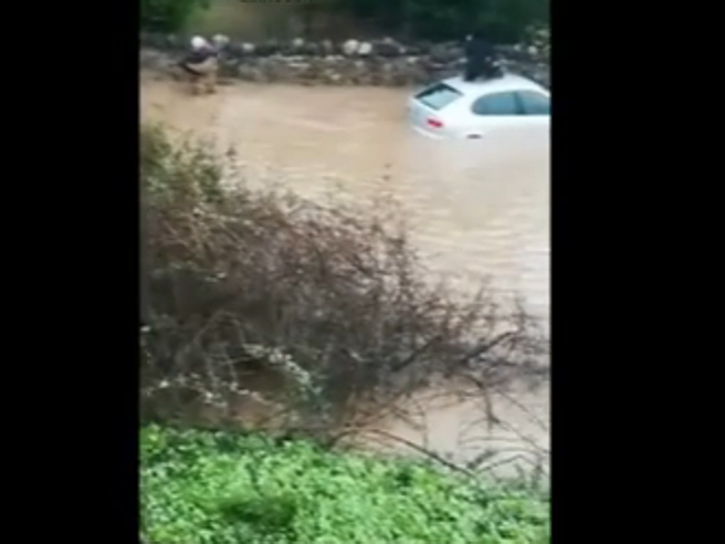 Nubifragio in Sicilia: persone intrappolate in un'auto VideoFiumi esondati, salvi sui tettiAllagamenti e paura | Meteo