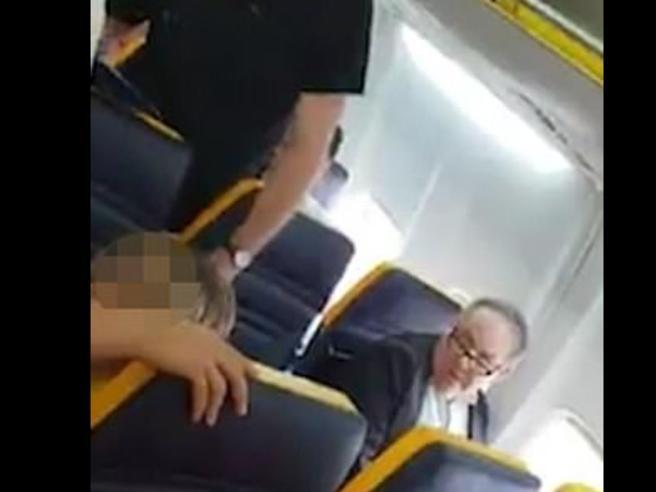 Insulti razzisti contro una donna sul volo Ryanair: il video diventa virale