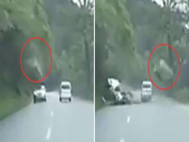 Un grosso masso si stacca dalla montagna e travolge l'auto