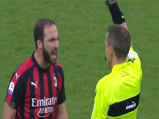 Milan, ecco cosa ha detto Higuain all'arbitro: il labiale