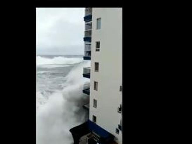 Maltempo a Tenerife, l'onda gigante strappa via i balconi della palazzina sul mare