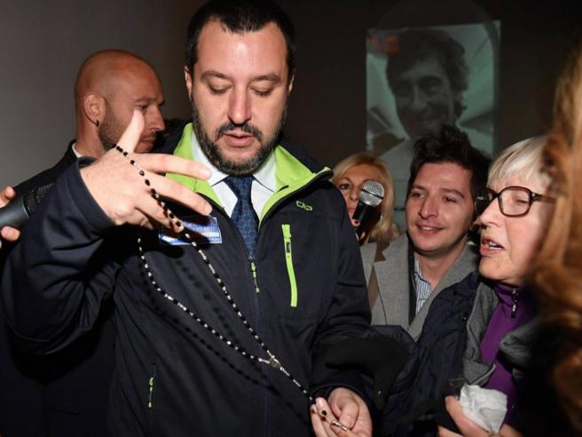 Salvini bacia il rosario e dribbla Borghezio: «La mia casa?