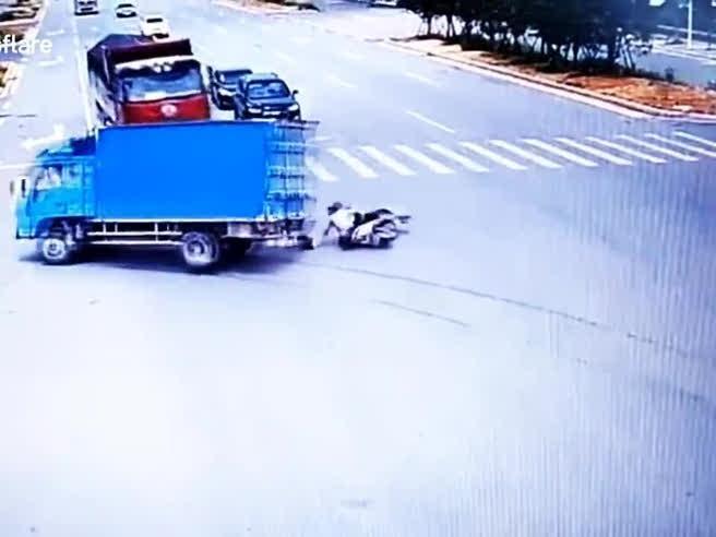 Sopravvissuto due volte, il motociclista (che ascolta la musica) centrato da due camion