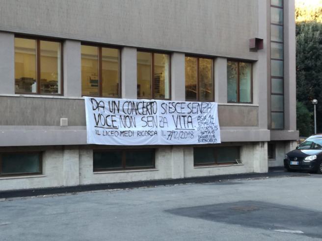 Ancona, «Da un concerto si esce senza voce, non senza vita»: lo striscione del liceo di Asia