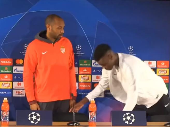 La lezione di Thierry Henry: fulmina con lo sguardo il giovane Badiashile per la sua poca educazione