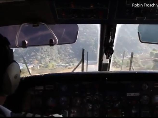 Atterraggio e decollo dall'aeroporto più pericoloso del mondo