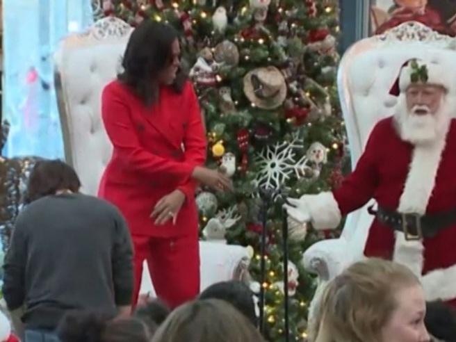 Immagini Natale Usa.Usa Lo Show Di Michelle Obama Balla Con Babbo Natale Corriere Tv