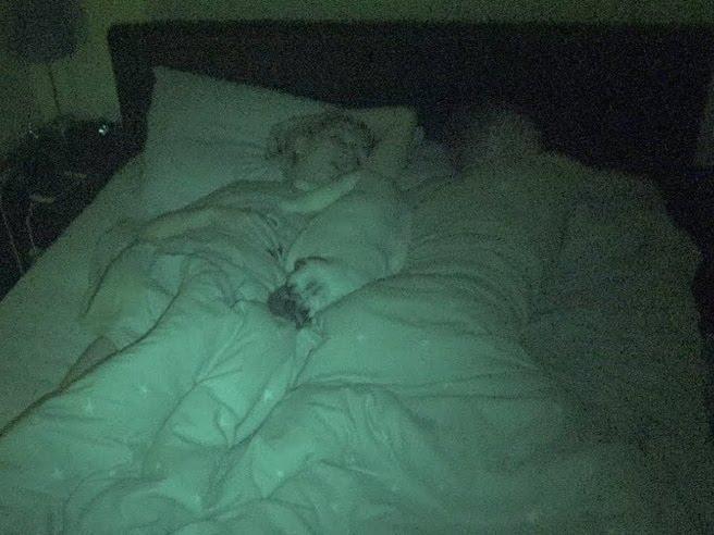Lui, lei e Pablo: la coppia che dorme con il cane nel letto
