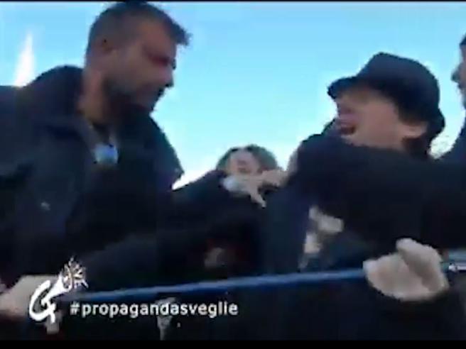 Col cartello «Ama il prossimo tuo» alla manifestazione della Lega: portato via dalla polizia