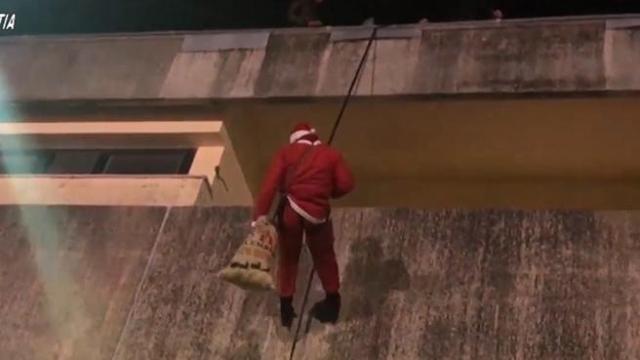 Babbo Natale Video Per Bambini.Carabiniere Babbo Natale A Vibo Valentia Porta Doni Ai Bambini