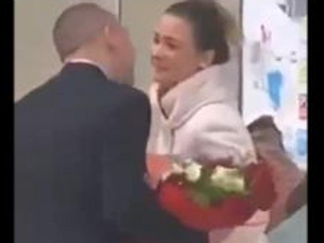 Lui la aspetta all'aeroporto di Catania con l'anello, ma lei gli dice di no (e scappa con la mamma)