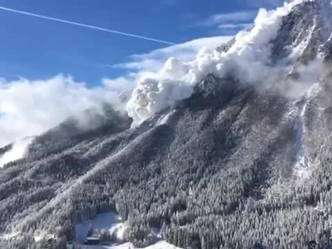 La gigantesca valanga dalla montagna in Svizzera