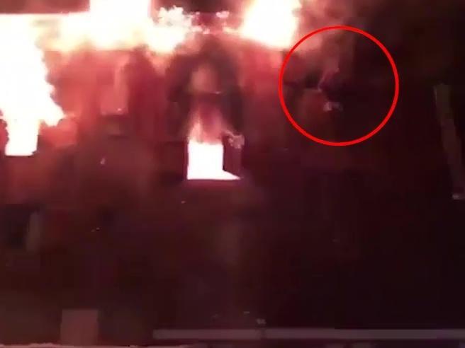 Francia, a fuoco resort  sulle Alpi Uomo si lancia nel vuoto video