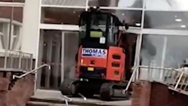 Liverpool, non lo pagano per i lavori svolti: operaio distrugge hotel prima dell'inaugurazione -VIDEO-