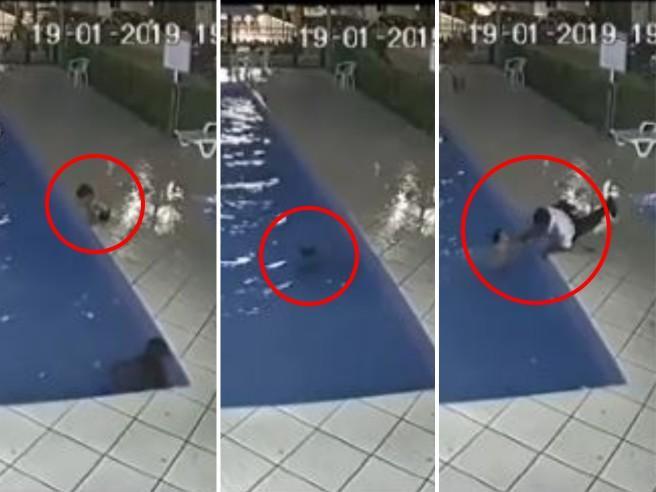 Il bimbo finisce in piscina sott'acqua, ma nessuno se ne accorge. Salvato all'ultimo minuto