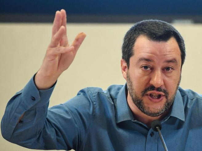 Salvini: «Ci sono evidenze di contatti tra Ong e trafficanti»