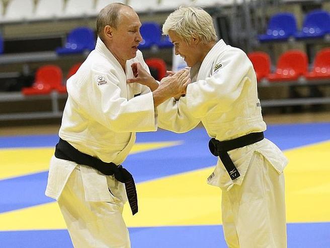Putin si allena e la campionessa di judo lo fa volare a terra
