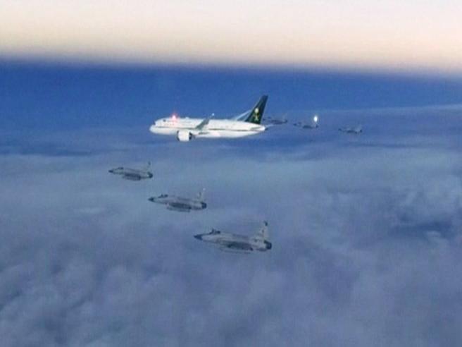 Il principe saudita scortato in aria da 6 caccia militari