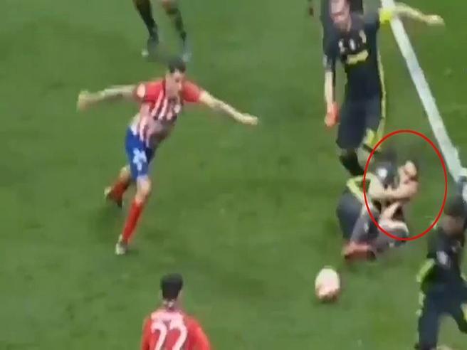 La sceneggiata di Bonucci, sul gol dell'Atletico finge di aver subito un colpo al volto
