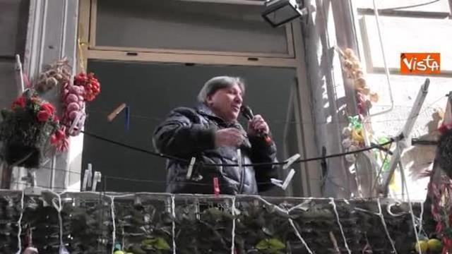 Napoli e l\'arte di arrangiarsi, canta dal balcone per i turisti che ...