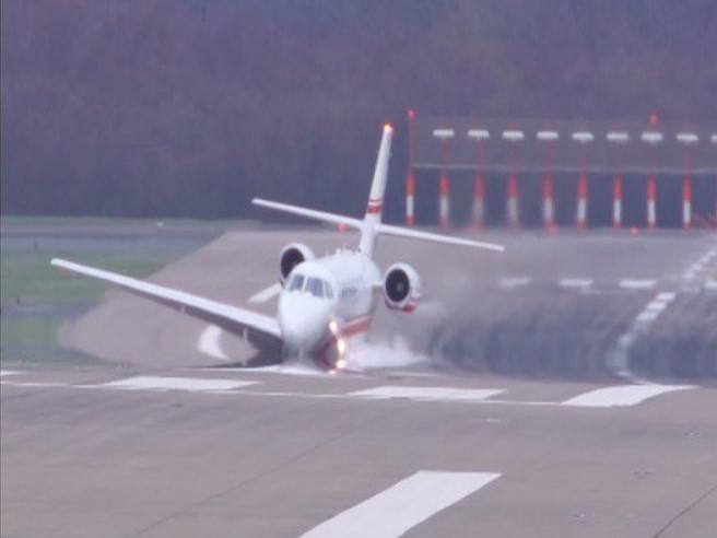 Troppo vento in pista: l'atterraggio è spaventoso (e spettacolare)