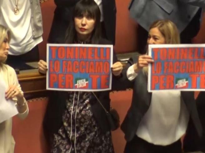 «Sfiducia? Toninelli lo facciamo per te», Forza Italia prende in giro il ministro in Senato