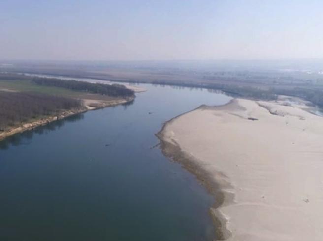 Sul Po in secca con il drone, sabbia al posto dell'acqua