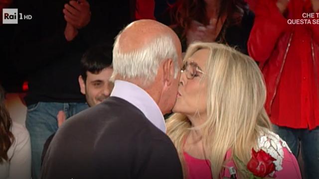 Ben noto Mara Venier si emoziona per la sorpresa del marito Nicola Carraro VO98