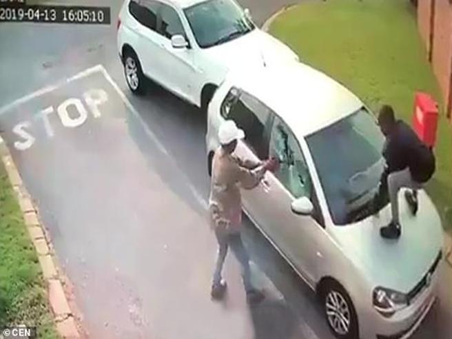 Non vuole scendere dall'auto, i rapinatori sparano ai finestrini