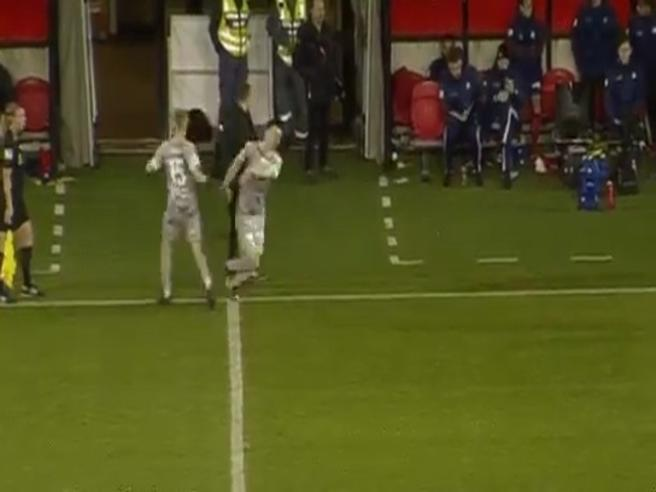 Si fa male dando il «cinque» al calciatore che sta sostituendo: l'infortunio è assurdo