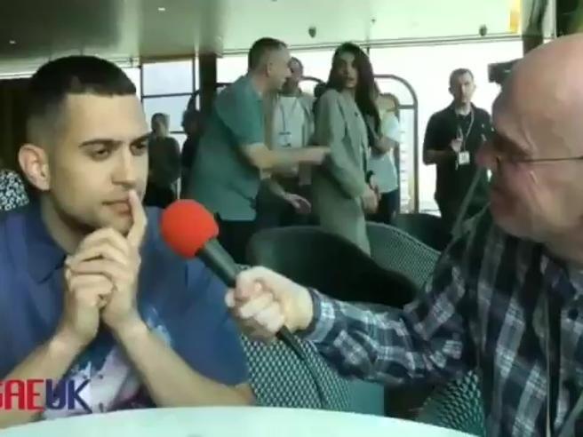 L'imbarazzo di Mahmood di fronte al giornalista che gli pone una domanda in inglese. L'ironia dei social